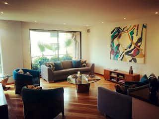 Una sala de estar llena de muebles y una televisión de pantalla plana en Apartamento en venta en Bosque Medina 205m² con Gimnasio...