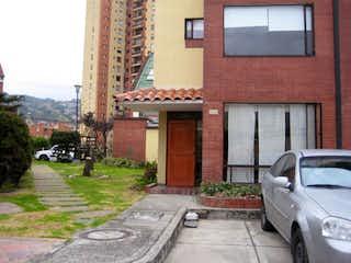 Un coche estacionado delante de un edificio en Casa En Venta En Bogota Pradera Norte