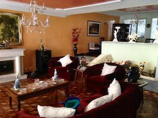 Una sala de estar llena de muebles y una chimenea en Casa En Venta En Bogota Normandia