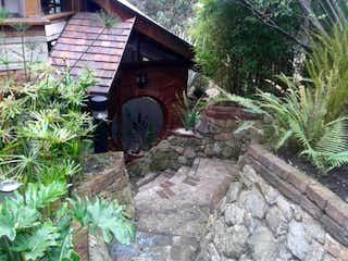 Una boca de incendios en medio de un jardín en Casa