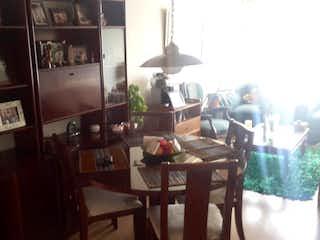 Un comedor con una mesa y sillas en Apartamento En Venta En Bogota Victoria Norte