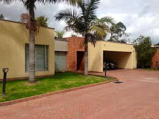 Un edificio con un árbol delante de él en Casa En Venta En Bogota San Jose De Bavaria