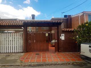 Un edificio de ladrillo con un edificio de ladrillo rojo en Casa En Venta En Bogota La Esmeralda