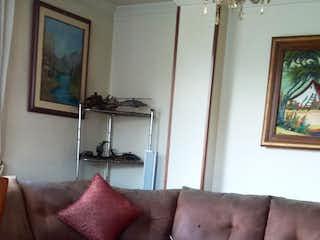 Una sala de estar con un sofá y una mesa en QUEBEC