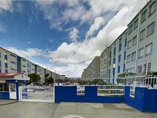 Una calle de la ciudad con un edificio azul y blanco en Apartamento En Venta En Bogotá Villas De Granada