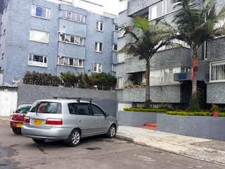 Un coche estacionado delante de una casa en Apartamento En Venta En Bogota El Polo