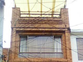 Un edificio con un reloj en la parte delantera en Casa En Venta En Bogota Bachue