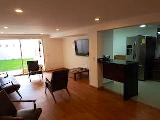 Una sala de estar llena de muebles y una televisión de pantalla plana en Casa En Venta En Bogota Villa Del Prado