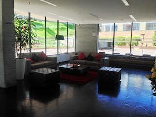 Una sala de estar llena de muebles y una gran ventana en Apartamento En Venta En Bogota Bosque De Pinos