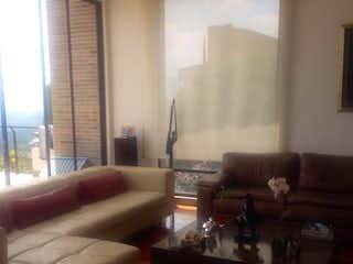 Una sala de estar llena de muebles y una ventana en Casa en venta en Aposentos, de 340mtrs2
