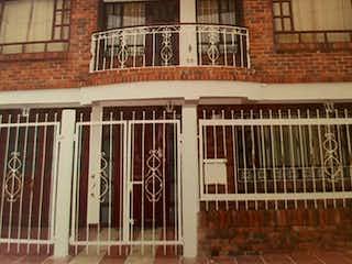 Un edificio con un reloj en el costado en Casa En Venta En Bogota Villas De Magdala