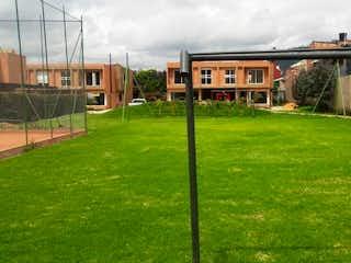 Una vista de un edificio en la hierba en Conjunto