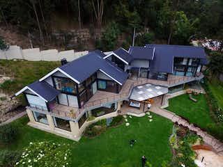Una casa que tiene un montón de casas en ella en Casa En Venta En Bogota Bella Suiza-Usaquén