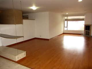 Una sala de estar con suelos de madera y paredes en Apartamento en venta en Rincón del Chicó, de 140mtrs2
