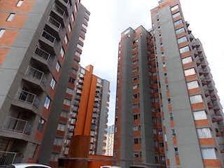 Un edificio alto sentado al lado de un edificio alto en Conjunto