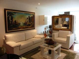 Una sala de estar llena de muebles y una televisión de pantalla plana en Apartamento En Venta En Bogota Santa Barbara