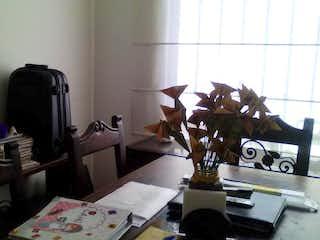 Una habitación llena de muebles y un suelo de madera en Casa
