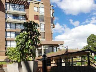 Un gran edificio de piedra con una planta en maceta en Apartamento En Venta En Bogota Torreladera