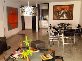 Una sala de estar llena de muebles y un reloj en Apartamento En Venta En Bogotá Alameda Del Country