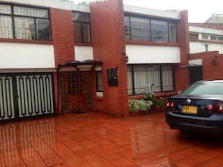 Un coche estacionado delante de un edificio en Casa En Venta En Bogota Niza