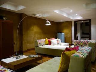 Una sala de estar llena de muebles y una ventana en Casa