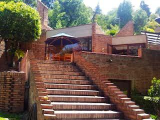 Un edificio de madera con un gran paraguas en él en Casa