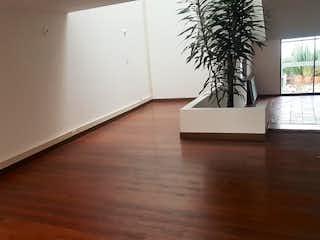 Una cocina con una planta en maceta encima de ella en Casa en venta en Santa Bárbara Central de 277m²