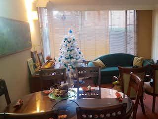 Una sala de estar llena de muebles y una lámpara de araña en Apartamento En Venta En Bogota Recodo Del Country