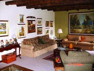 Una sala de estar llena de muebles y una chimenea en Casa en venta en Casa Blanca Suba, de 320mtrs2