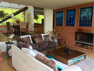 Una sala de estar llena de muebles y una chimenea en Casa en venta en Los Balsos de 3 alcoba