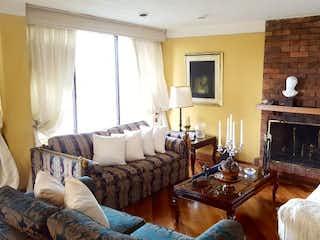 Una sala de estar llena de muebles y una chimenea en Conjunto