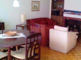 Una sala de estar llena de muebles y una chimenea en Apartamento en venta en Chicó Reservado de 3 alcoba