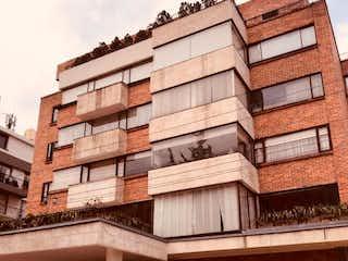 Un gran edificio delante de un edificio en Apartamento en venta en Barrio Usaquén de 3 alcobas