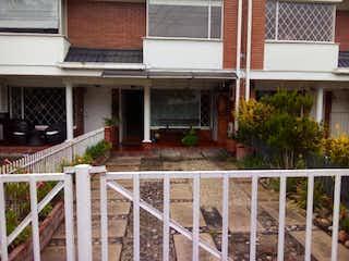 Un edificio con una cerca y un edificio en Casa