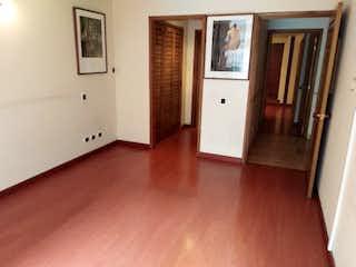 Una sala de estar con un suelo de madera dura en Apartamento en venta en El Nogal de 3 hab.
