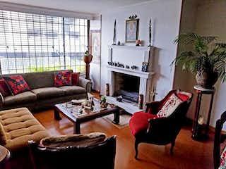 Una sala de estar llena de muebles y una chimenea en Apartamento en venta en Bella Suiza, 95m²
