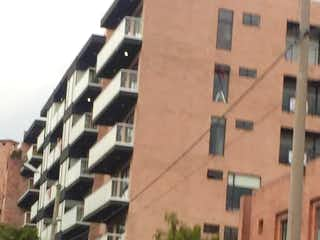 Un edificio alto sentado al lado de una calle en Apartamento En Venta En Bogota Lisboa