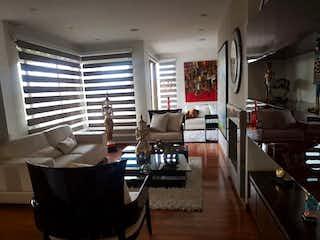 Una sala de estar llena de muebles y una televisión de pantalla plana en Apartamento en venta en Ciudad Salitre Oriental con Jardín...