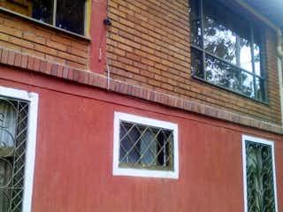 Un edificio de ladrillo rojo con una ventana grande en Casa