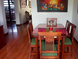 Un comedor con una mesa y sillas en Casa en venta en Caobos Salazar de 3 hab. con Bbq...