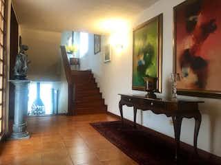 Una vista de una sala de estar y una sala de estar en Casa En Venta En Bogota Cerros De Niza