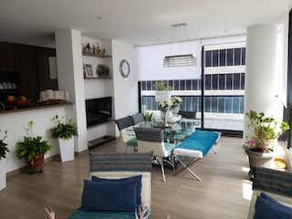 Una sala de estar llena de muebles y una planta en maceta en Apartamento En Venta En Bogota Chico