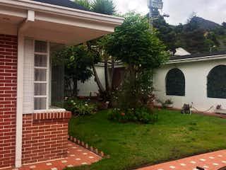 Una casa que tiene un árbol delante de ella en Casa en venta en Santa Ana con Jardín...