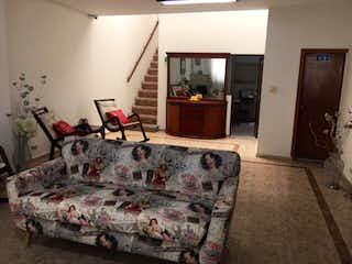 Una cama sentada en una habitación junto a una ventana en Casa En Venta En Bogota Palermo