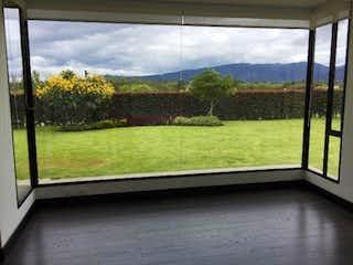 La vista de la vista desde la ventana de la casa en Casa En Venta En Cota Cota