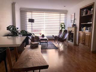 Una sala de estar llena de muebles y una televisión de pantalla plana en Apartamento en venta en Santa Paula de dos habitaciones