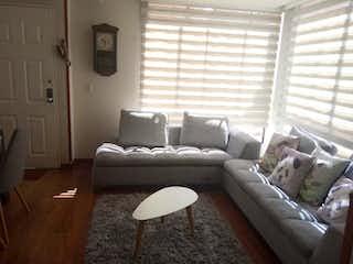 Una sala de estar llena de muebles y una ventana en Casa en venta en Mazurén de 113mts