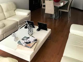 Una sala de estar llena de muebles y una mesa en Edificio Kandiski