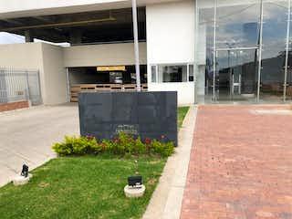 Una acera con un banco delante de ella en Edificio