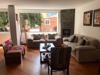 Una sala de estar llena de muebles y una gran ventana en Apartamento En Venta En Bogotá Santa Barbara
